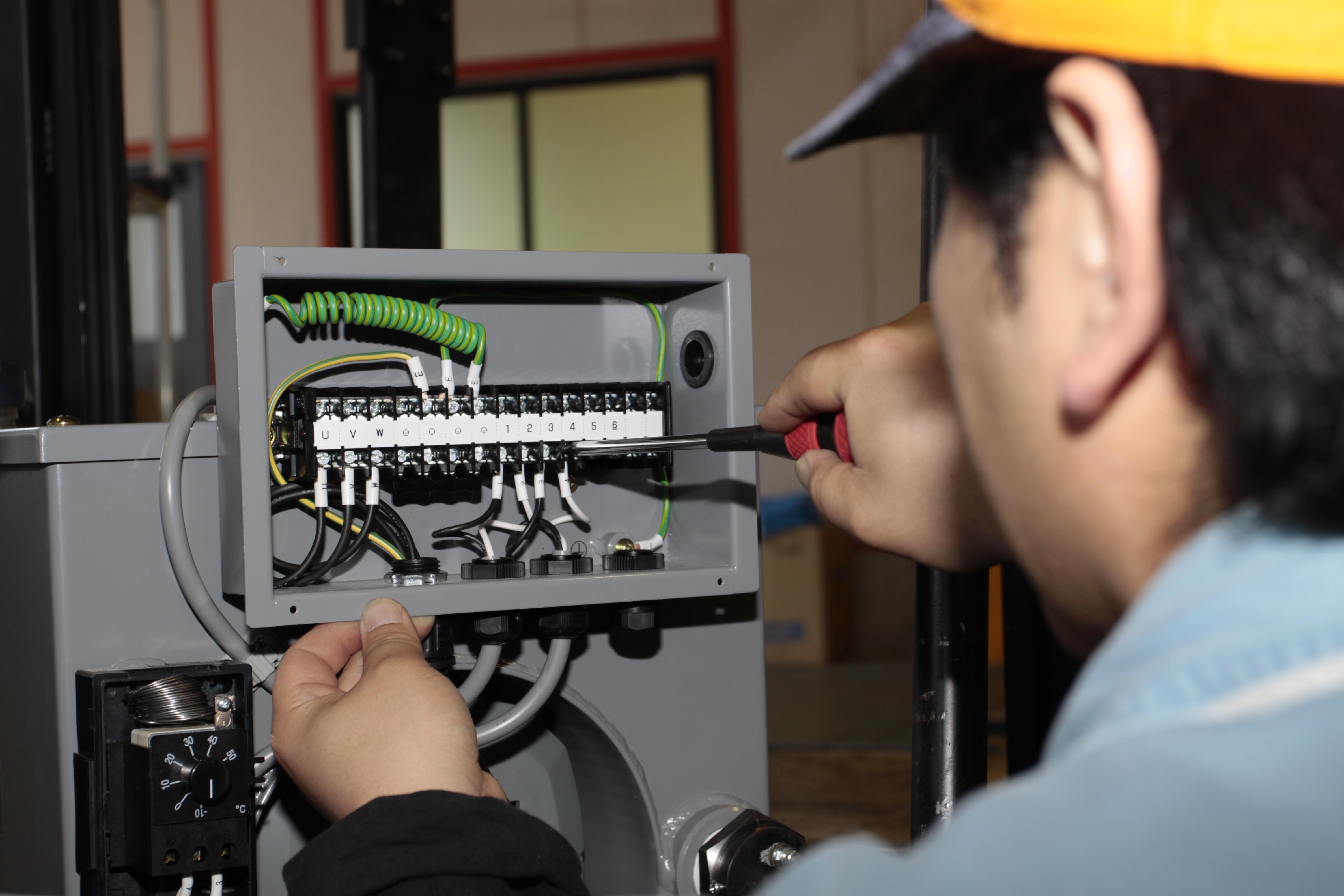 油圧ユニットへの配線作業風景